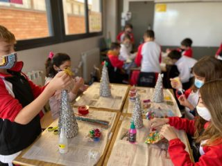 5th level Christmas craft! During these days 5th primary students have been creating their Christmas trees with pasta. We have worked patience and perseverance. Congratulations boys and girls! 👇Recordeu sempre👇 ↔️distància 🤲mans 😷mascareta 🌬️ventilació #creixemambtu #100anysfrares